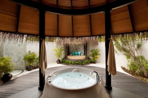 The gigantic hot tub in the Deluxe Beach Villa-3